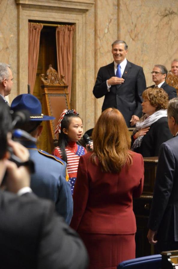 侯丽娜小朋友在英斯利州长的就职典礼上演唱美国国歌,唱后全场响起长时间掌声